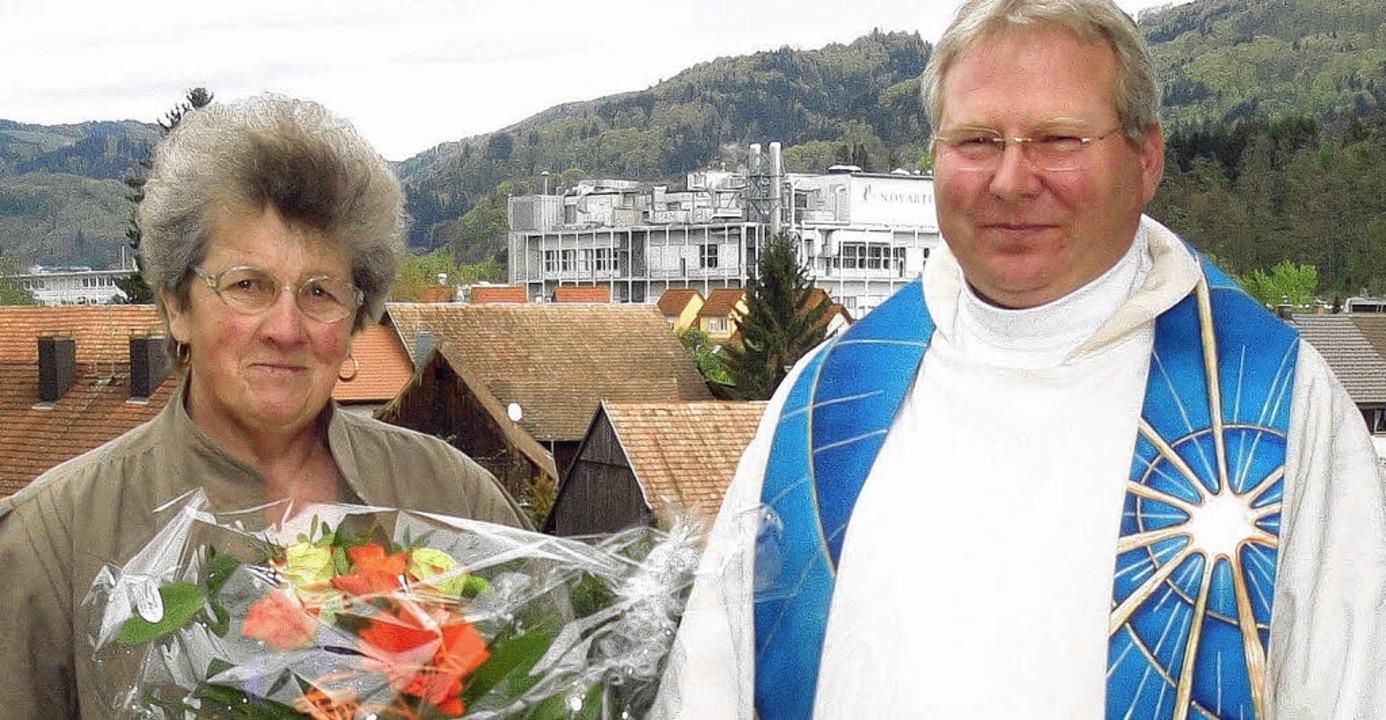 Stadtpfarrer Matthias Kirner dankte de...n 30-jährigen ehrenamtlichen Einsatz.   | Foto: Hansjörg Bader