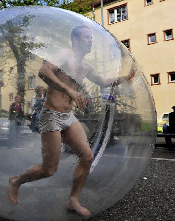 Nicht eben alltäglich: der Mann (Graham Smith) im Ball  | Foto: Korbel
