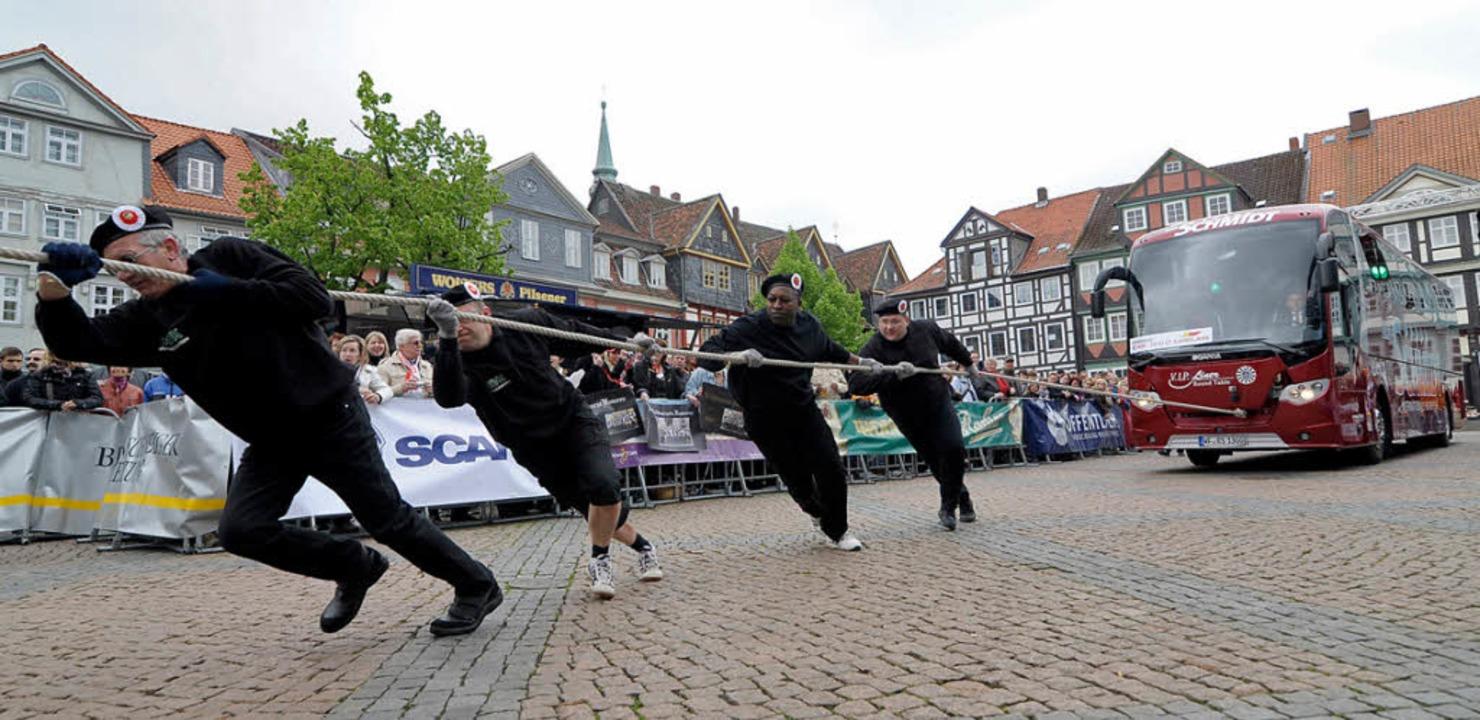 Alle an einem Strang: Buspulling in Wolfenbüttel.   | Foto: Fotos: dpa