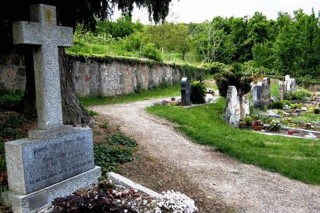 Granitstelen sollen den Friedhof aufwerten