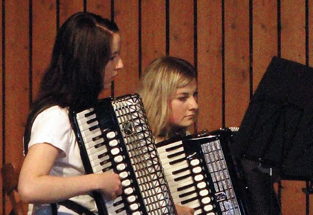Konzentriert: Spielerinnen des Jugendorchesters.  | Foto: Katharina Bächle
