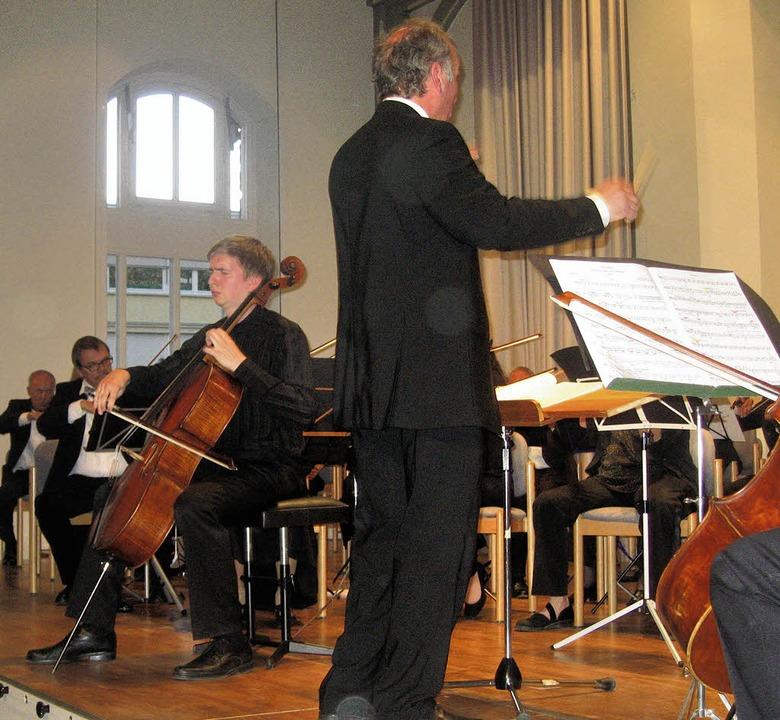 Solocellist Tomás Jamnik und das Sinfo... Leitung  Michael Hartenbergs auftrat.  | Foto: Hildegard Karig