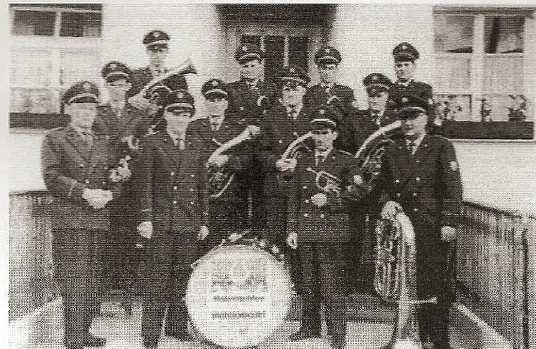 Aktive Musiker 1962: Werner Haselwande...nd) und Albert Muchenberger (Dirigent)  | Foto: PRIVAT