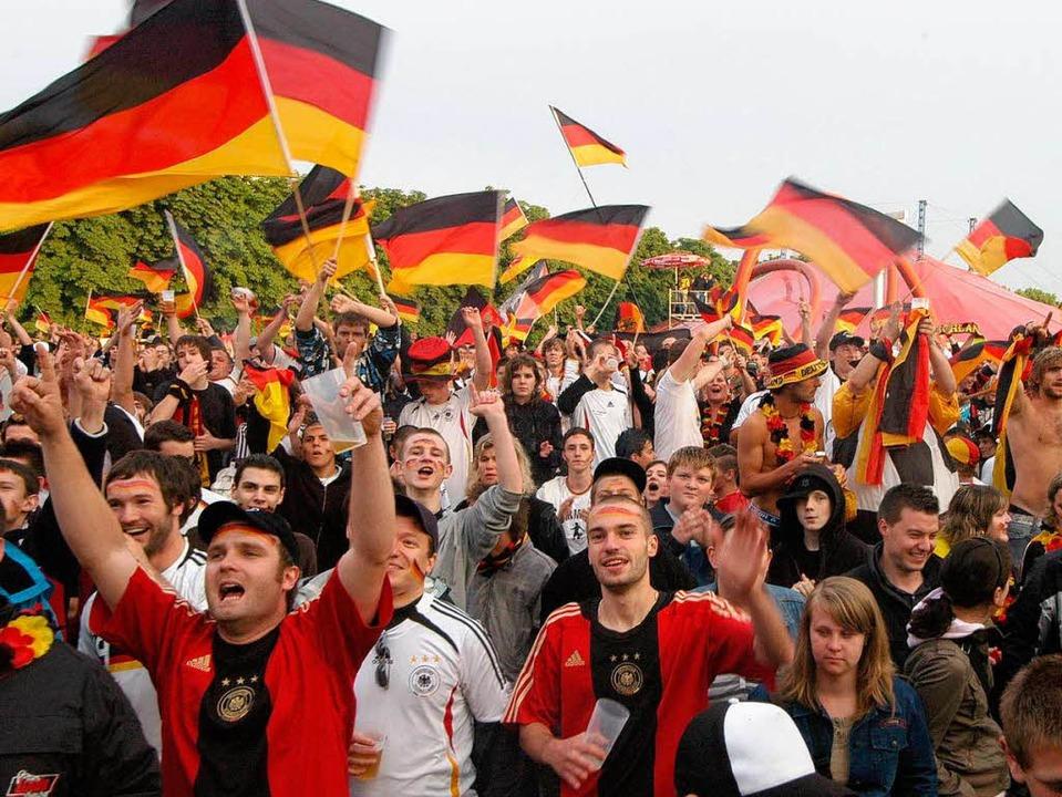 Große Stimmung: So feierten Freiburger...rd es im Eschholzpark ruhiger zugehen.  | Foto: Thomas Kunz