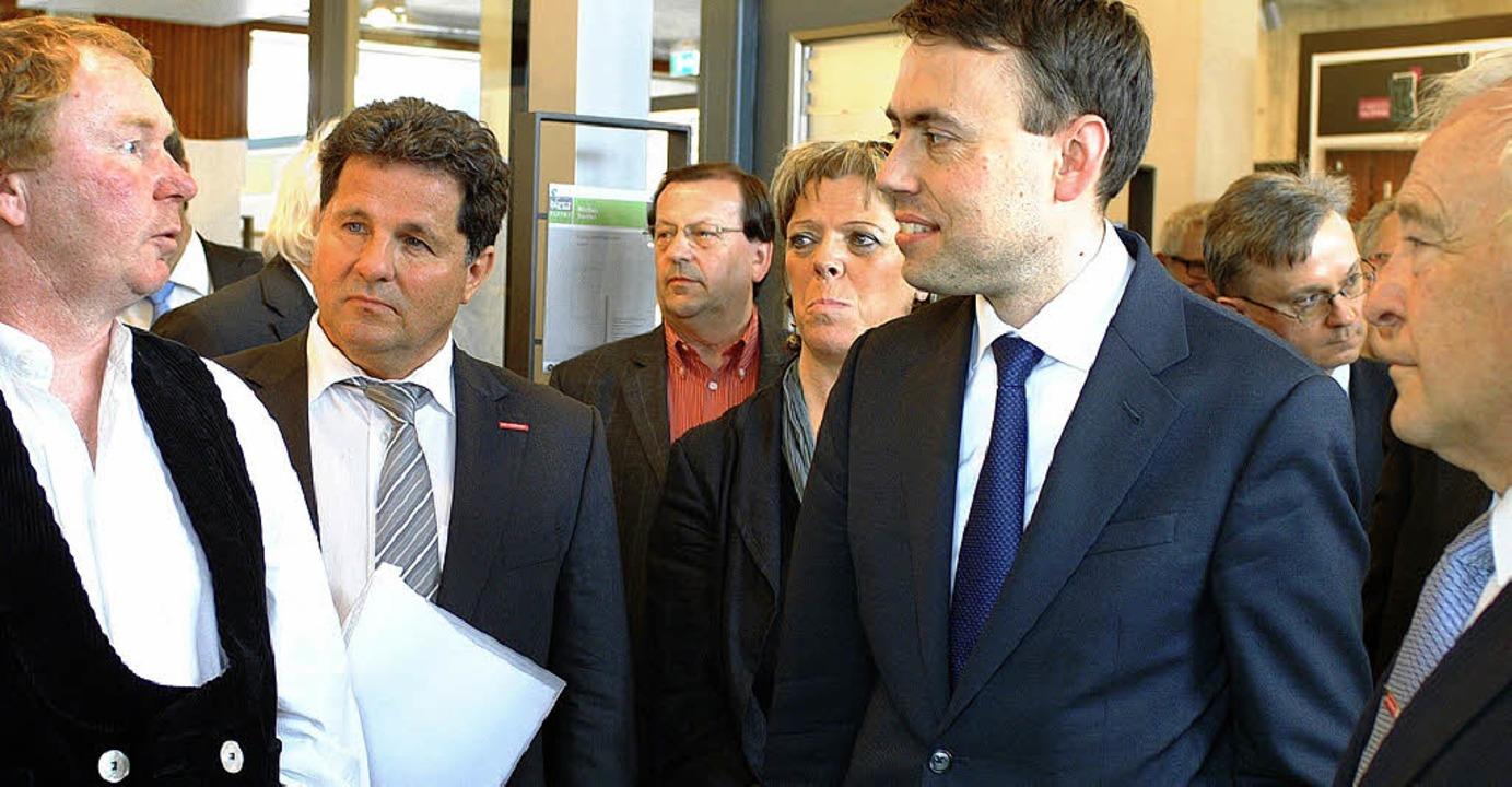 Der Wirtschaftsminister lässt sich bei...ektrum des Zimmererhandwerks erklären.  | Foto: Christine Speckner