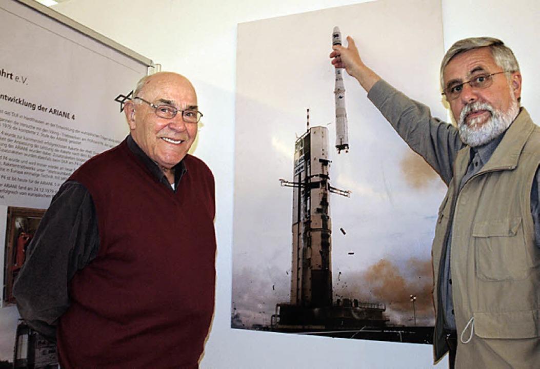 Gerhard Ochsendorf (l.) und Peter Ziegler vor dem Bild einer startenden Ariane.   | Foto: M. Haberer