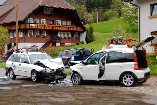 Zwei Verletzte und zwei kaputte Autos