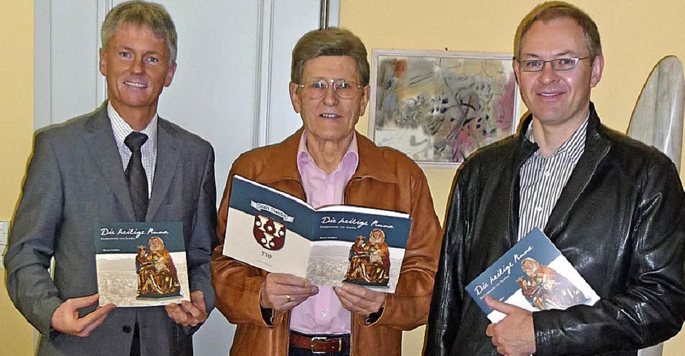 Werner Schäffner (Mitte) übergab die e...ks) und Stadtpfarrer Johannes Frische.  | Foto: Manfred Burkert