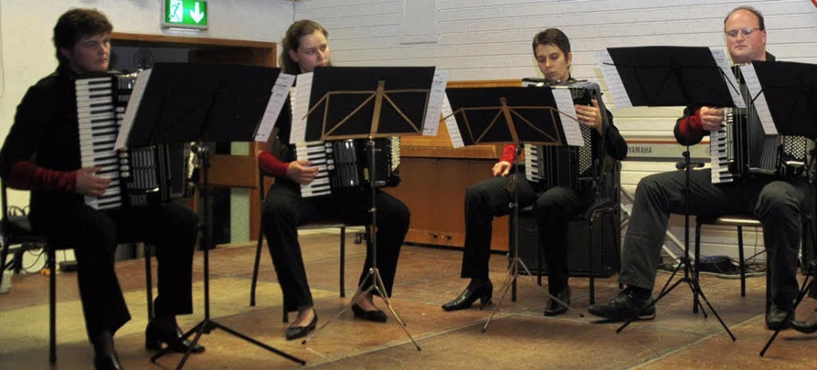 Mitglieder des Akkordeonspielrings Umkirch/Gottenheim bei ihrem Konzert.   | Foto: Julius Steckmeister