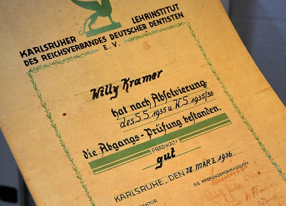 Zangen, Zähne und ein Zeugnis: Arthur ...1936 die Dentistenschule in Karlsruhe.  | Foto: Tanja Bury