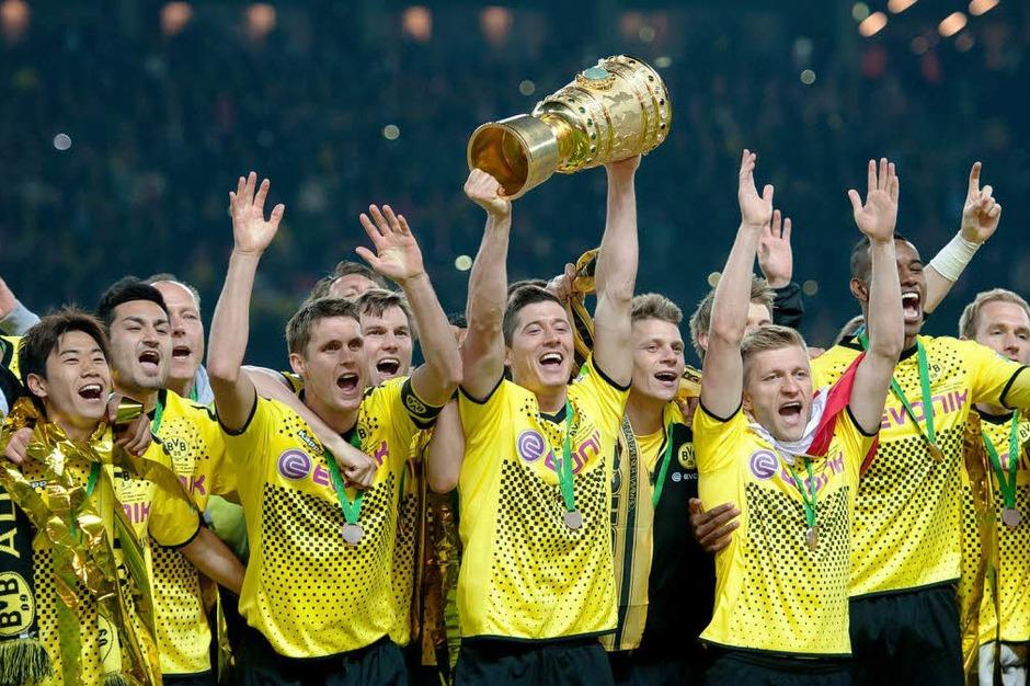 Siegesfeier von Borussia Dortmund: Torwart Roman Weidenfeller hält den DFB-Pokal. (Foto: dapd)