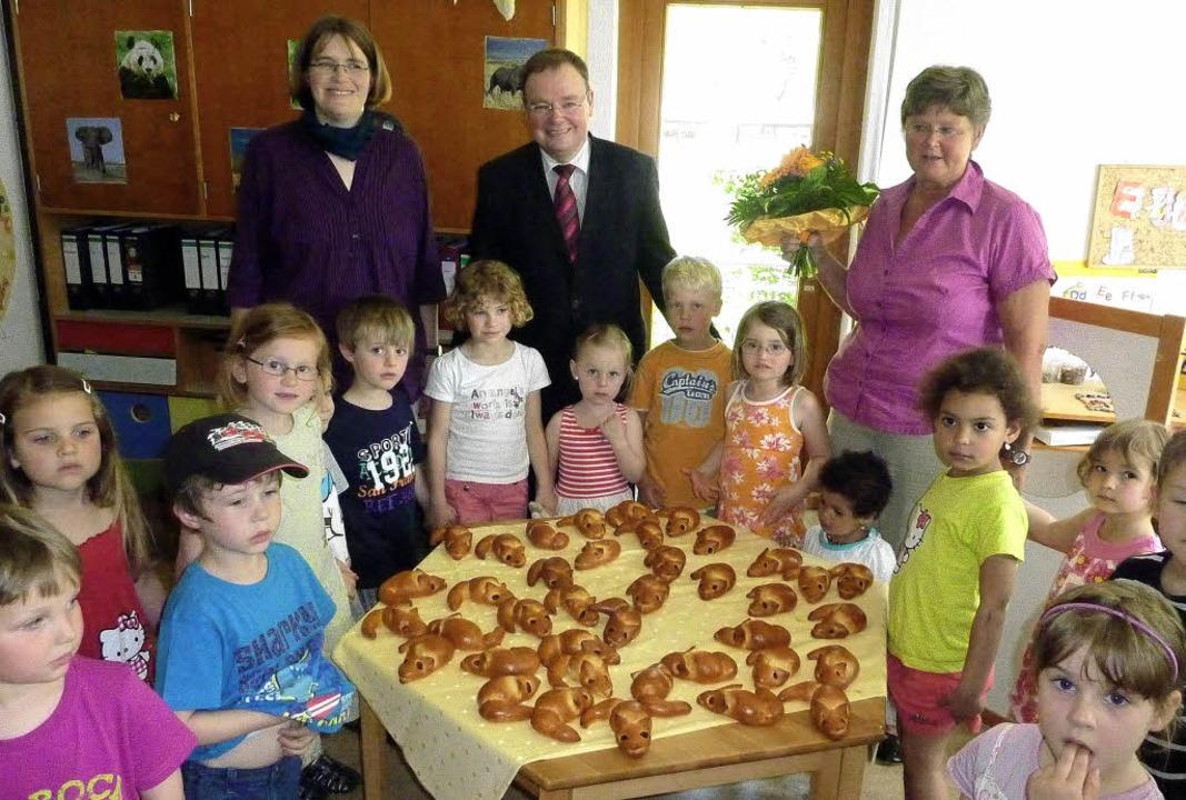 Mit Hefemäusen vom Bäcker wurde die Mä...indergarten-Leiterin Brigitte Schmidt.  | Foto: Karlernst Lauffer