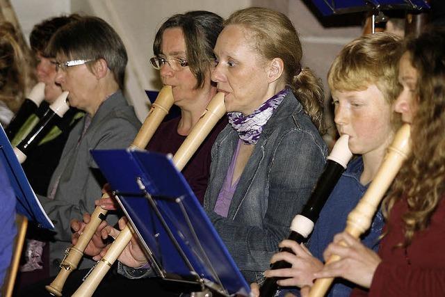 Erwachsene und Kinder musizieren