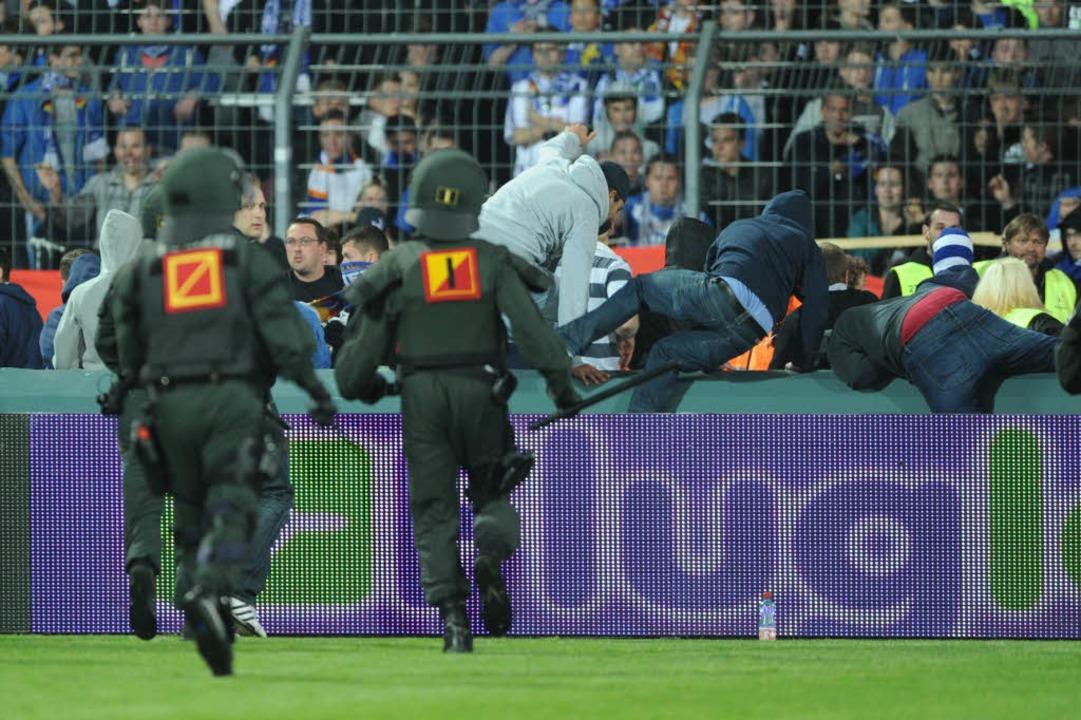 Nach dem Spiel gab es Ärger: Poliziste...uer, die auf den Platz gestürmt waren.  | Foto: dpa