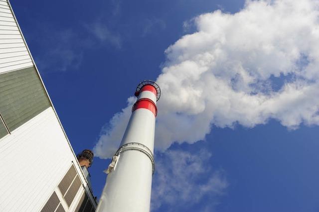 Sondermüllverbrennungsanlage stößt rosa Rauch aus