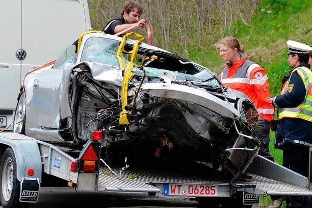 Sportwagen stürzt in See – 37-Jähriger stirbt