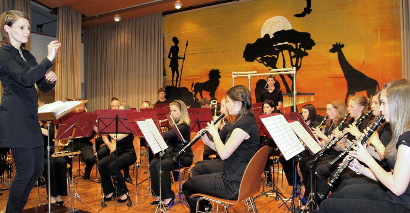 Dirigentin Yvonne Weik musste beim Frü...t vor allem auf die Percussion achten.    Foto: Michael saurer