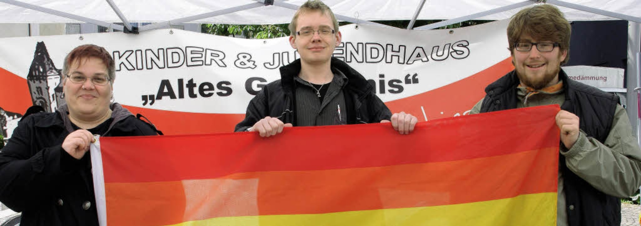 "Katja Glaus, Andreas Bühler, Thomas Me...Tag gegen Homophobie"" Flagge.     | Foto: hrvoje miloslavic"
