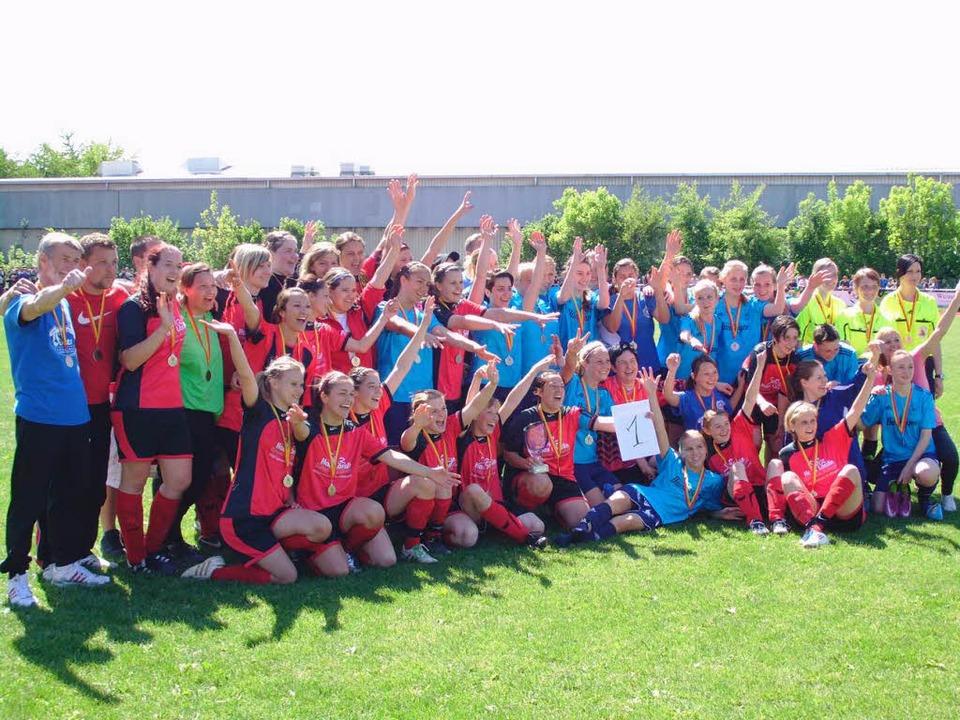 Siegerinnen und Besiegte nach dem Frau... die hellblauen SF Eintracht Freiburg.  | Foto: Claus Zimmermann