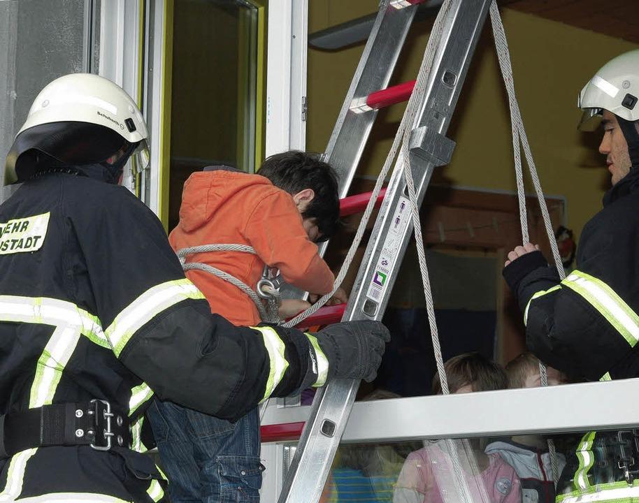 Gesichert und beaufsichtigt stiegen die Kinder ab.   | Foto: Kamera 24