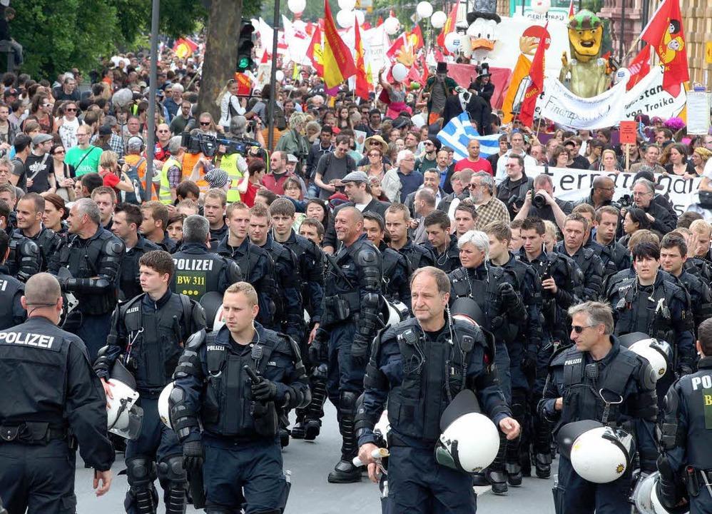 Die Polizei eskortierte die nach ihren Schätzungen 20.000 Demonstranten.  | Foto: dapd