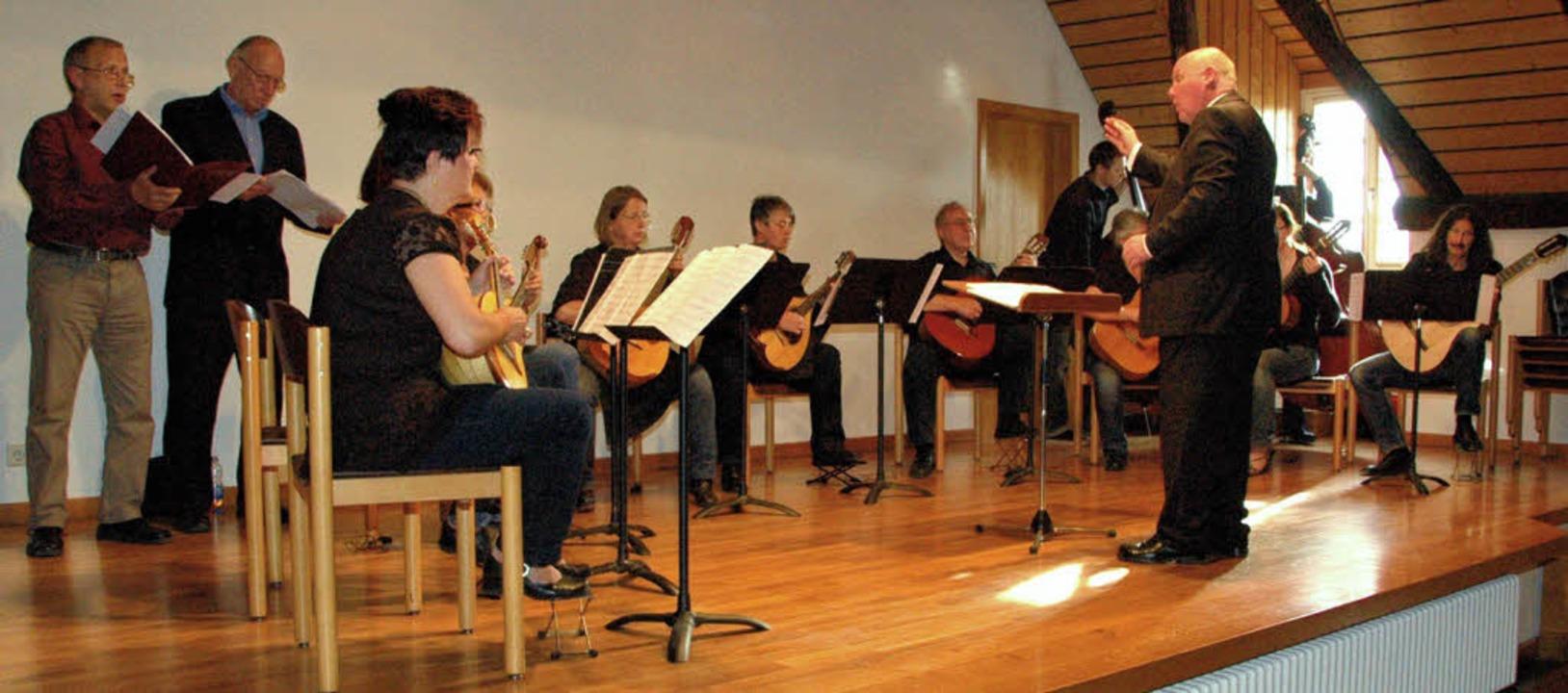 Das Mandolinenorchester mit Tenor Géra...otin (links) und Bariton Dieter Hake.     Foto: Ounas-Kräusel
