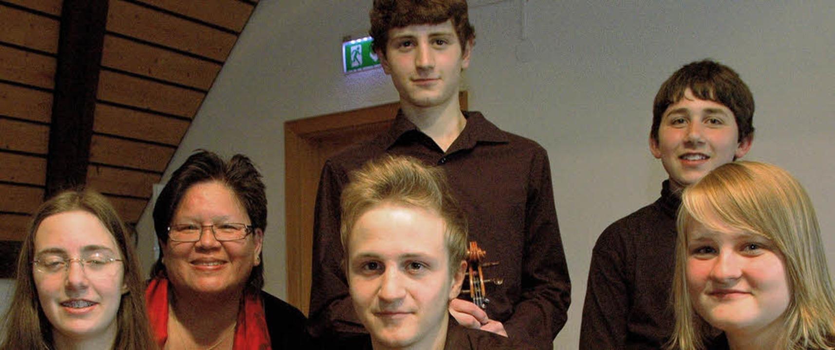 Organisatorin des Konzertes Eveline Vi...ter und Joel Mayer (hinten von links).    Foto: Regine Ounas-Kräusel
