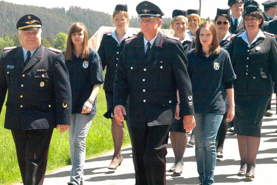 Die Feuerwehrfreunde aus Northen führten den Umzug an. (Foto: Karin Stöckl-Steinebrunner)