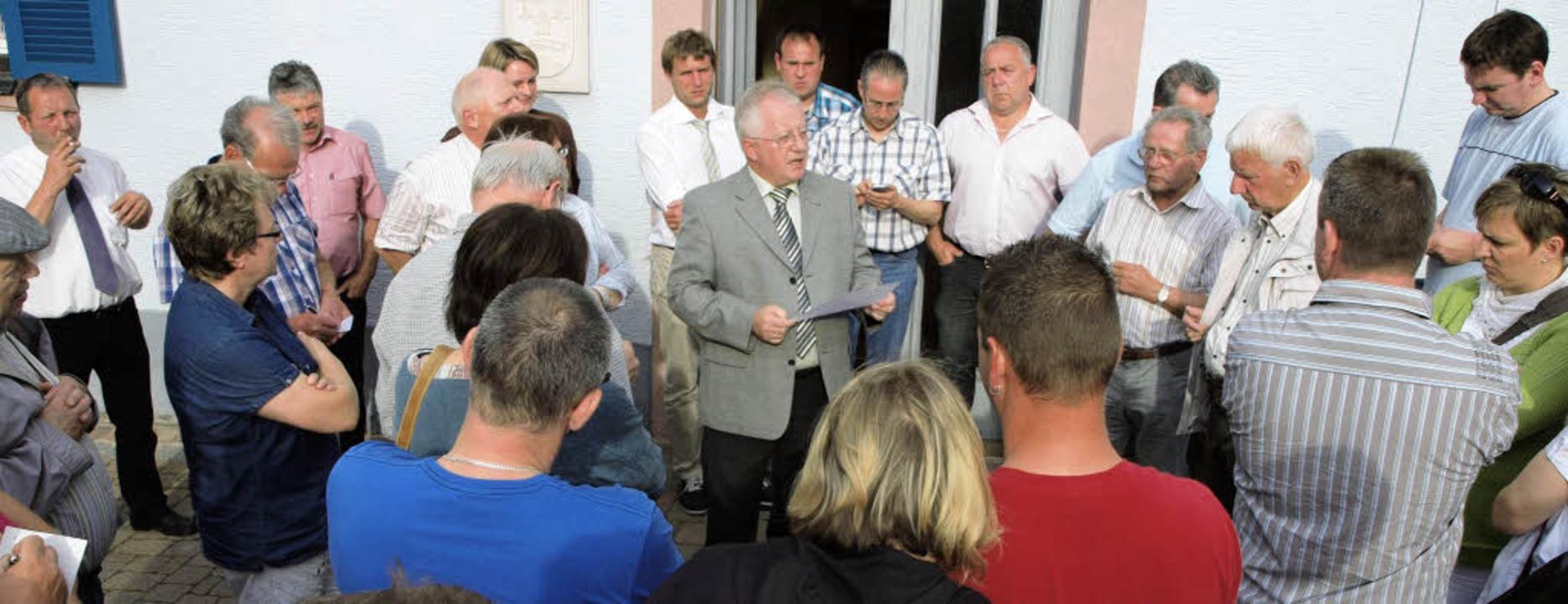 Bürgermeister Johann Gerber verkündet  das Ergebnis.  | Foto: Haberer