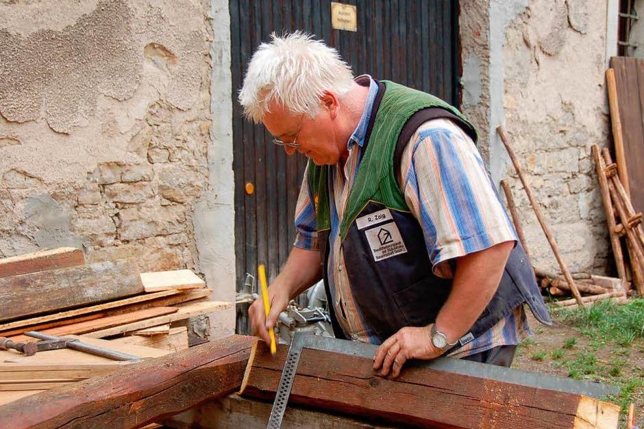 Viele helfende Hände braucht es, um im Dorf den mittelalterlichen Marktplatz entstehen zu lassen. (Foto: Binner-Schwarz)