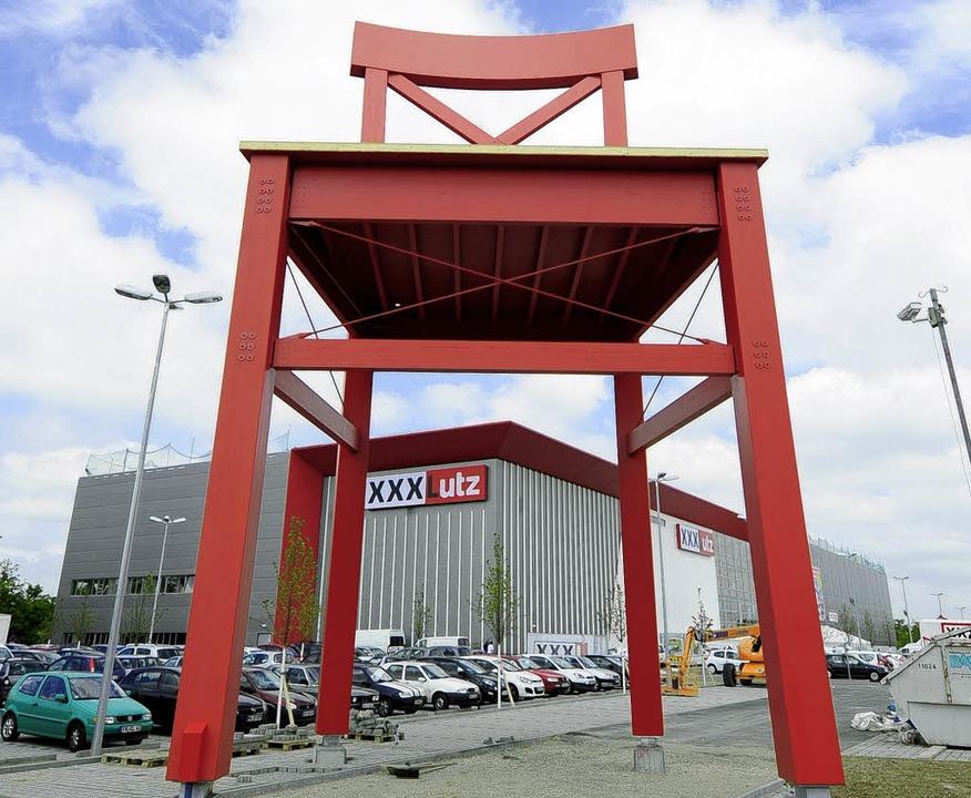 Der rote Riesenstuhl – das Markenzeichen von XXX-Lutz  | Foto: schneider