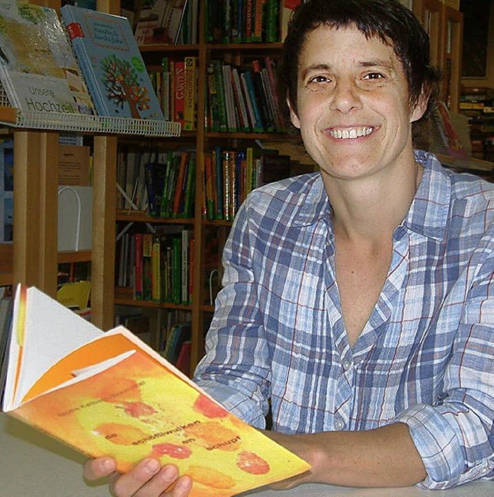Nicole Keilbach-Schmittel freute sich ...Interesse an ihrem Gedichtband zeigen.  | Foto: frey