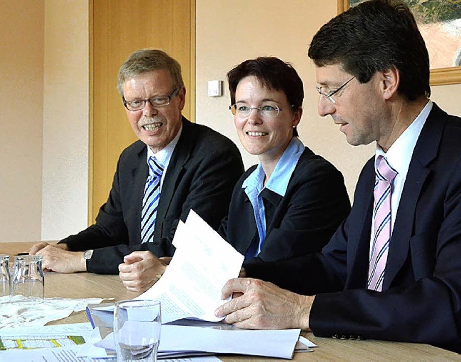 Mit der Unterzeichnung des Erschließun...e Hurter und Bürgermeister Bruno Metz.  | Foto: Fischer