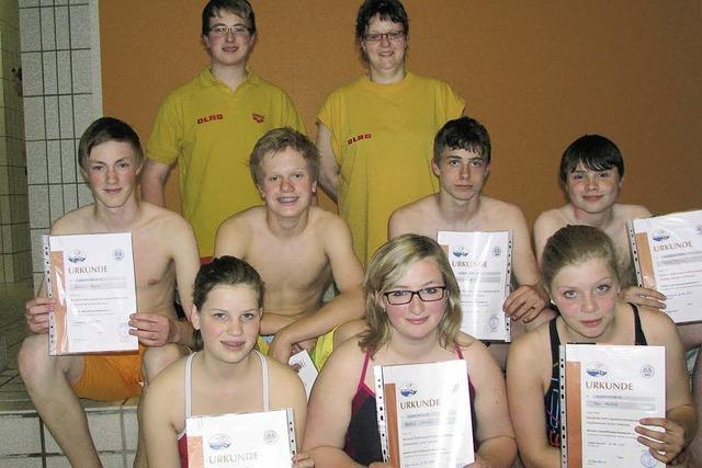 Geschafft: Schwimmer meistern Prüfung