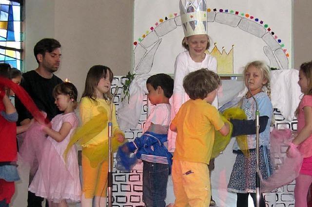 Farbenfroher Gottesdienst mit vielen Kindern