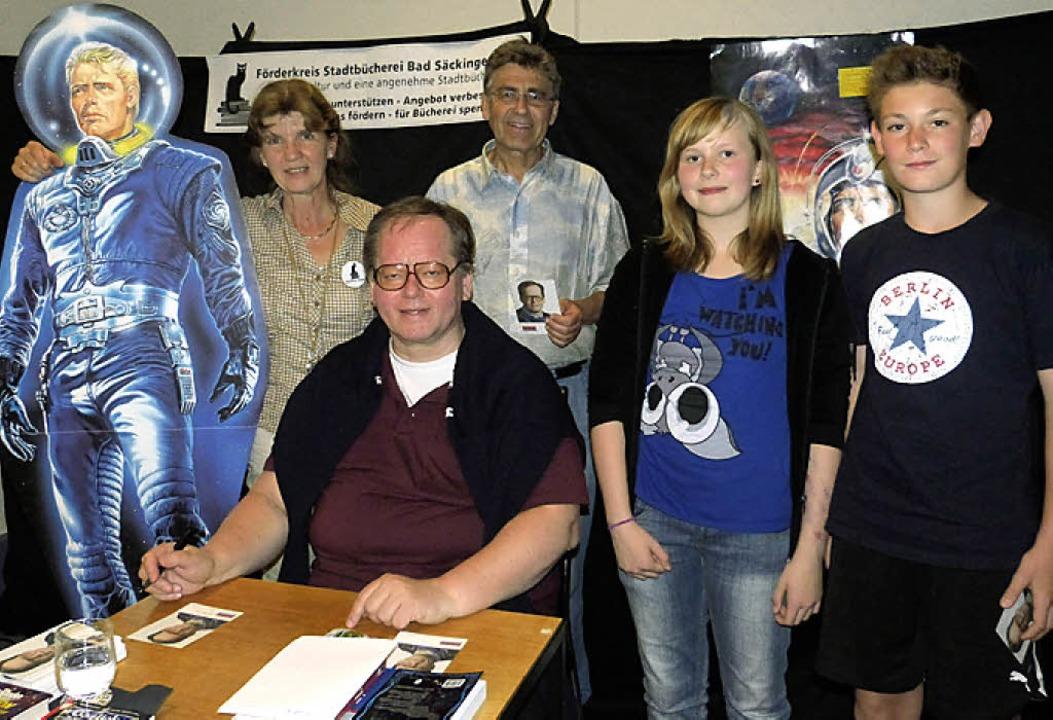Weltraumabenteuer mit dem Perry-Rhodan...Ellmer (Mitte), in der Stadtbücherei.     Foto: Sigrid Schneider
