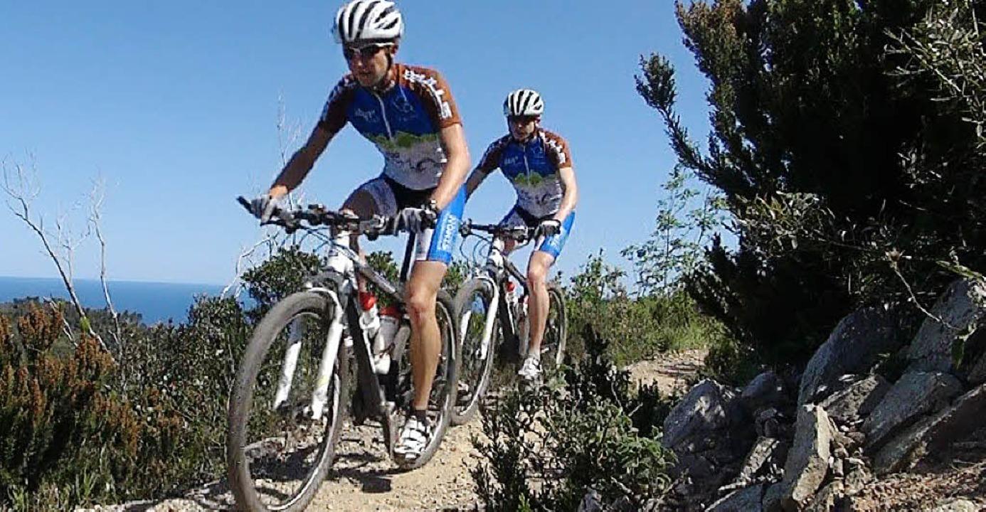 Tobias (vorne) und Christopher Simon b...tz bei der 24-Stunden-Mountainbike-WM.  | Foto: BZ