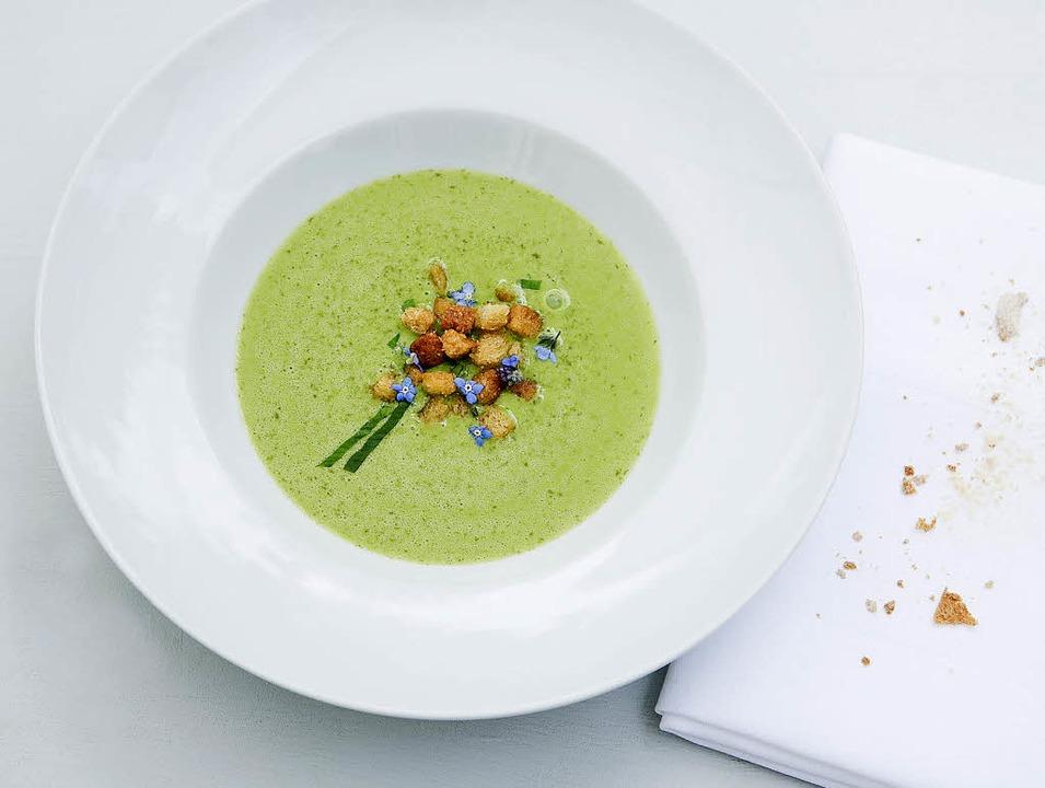 Grün ist die Farbe des Frühlings: Bärlauchsuppe mit Croutons     Foto: Michael Wissing