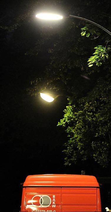 Das kalte Elektrolicht (vorne) ersetzt das warme Gaslicht.   | Foto: dpa
