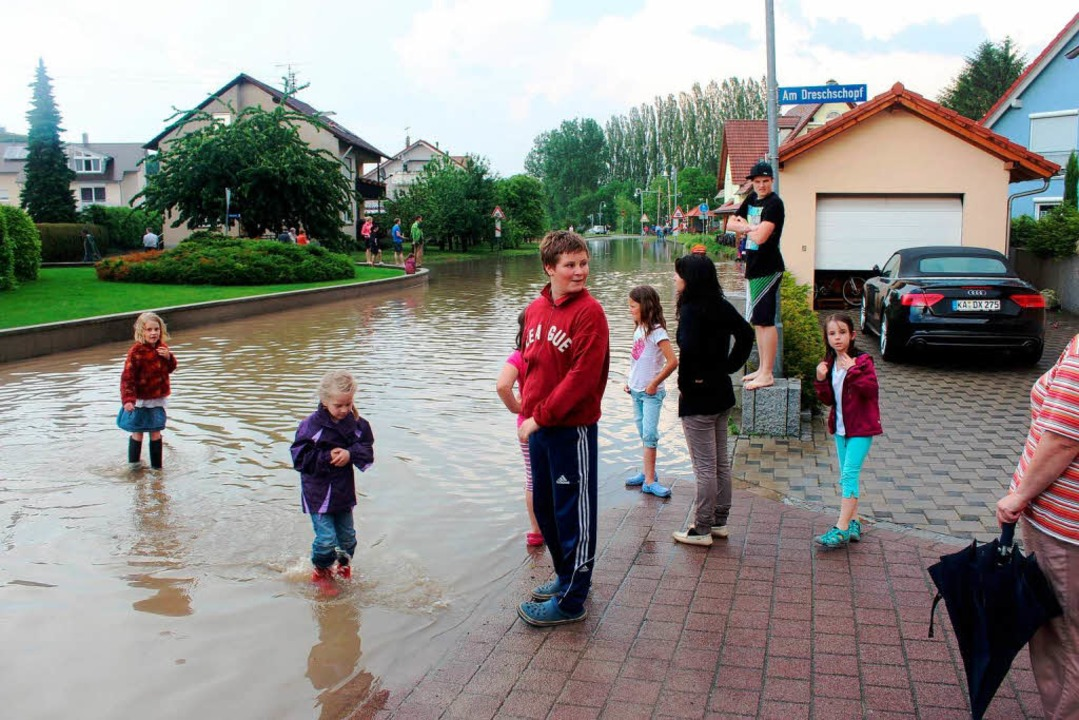 "Neugierig begutachten Kinder den ""See"".  | Foto: horst david"