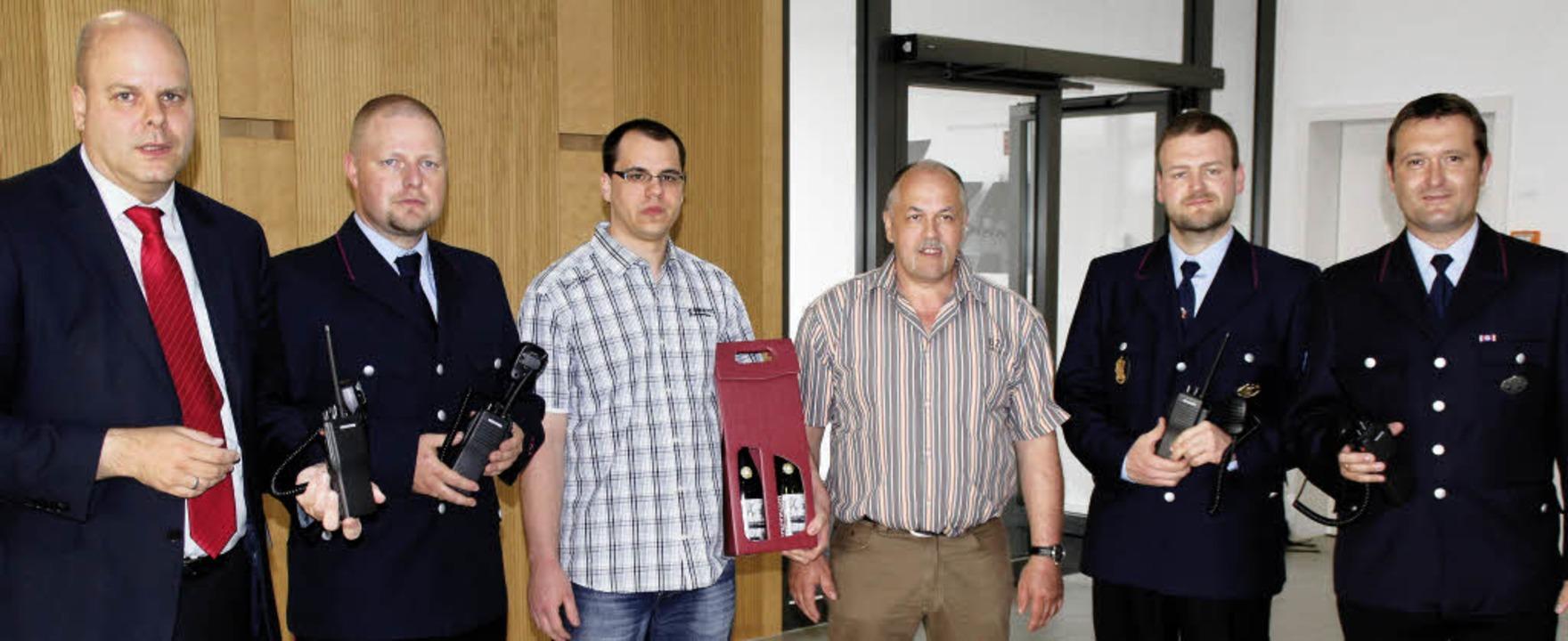 Spende für die Feuerwehr: Die Firma Br...am Mittwoch Pierre und Peter Brüderle.  | Foto: Ilona Hüge