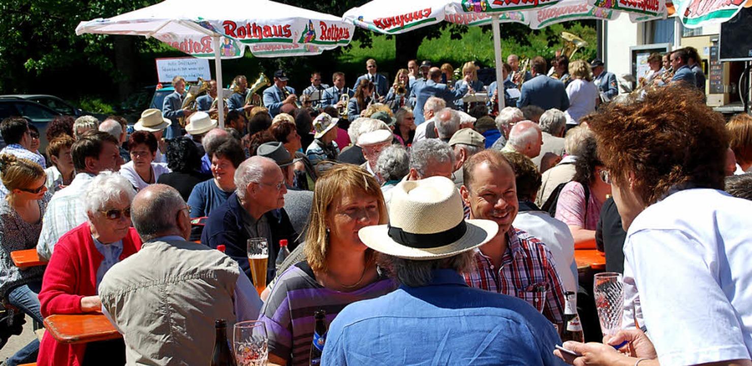 Fast das ganze Dorf feierte die Eröffnung am Samstag.  | Foto: Edgar Steinfelder