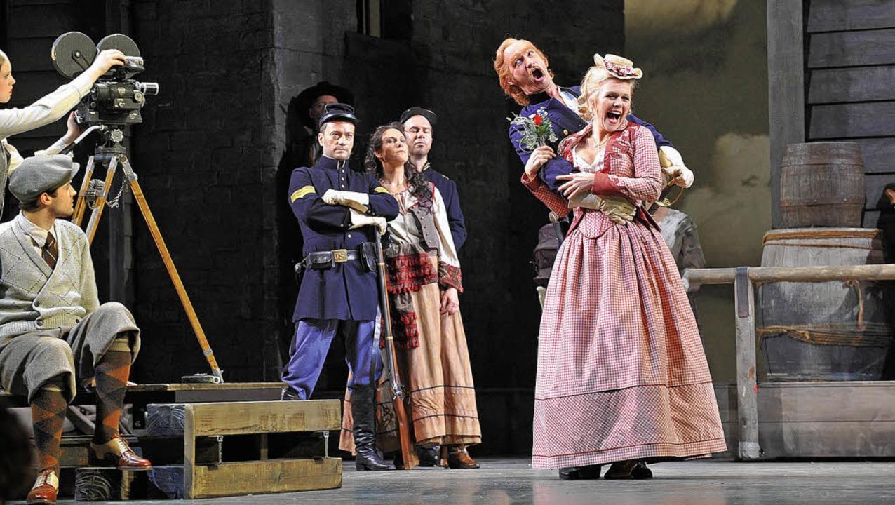 Und Action: Adina (Miah Persson) und B...rekel, von rechts) mimen große Liebe.   | Foto: kremper