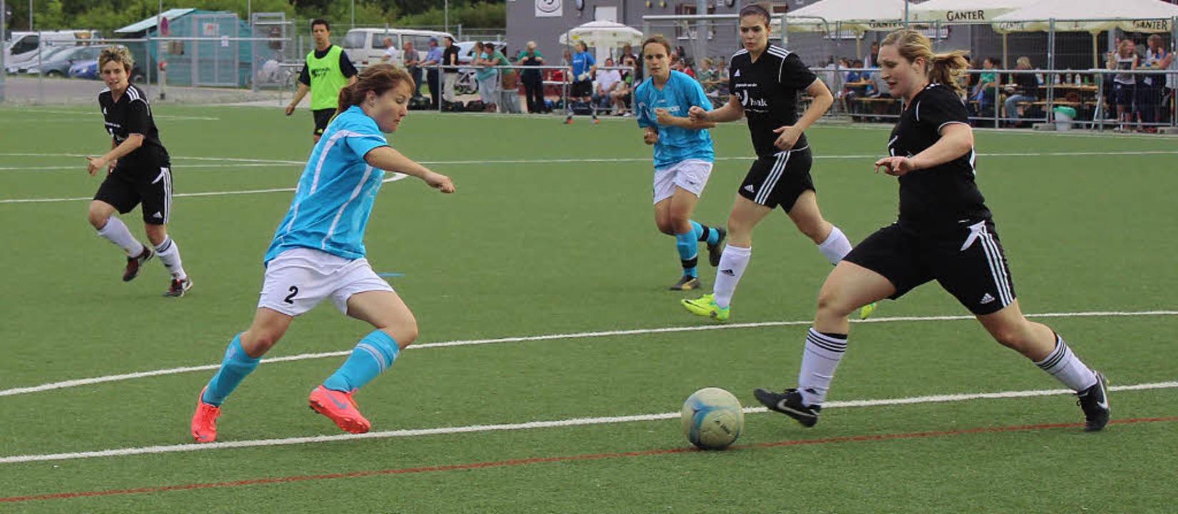 Im Halbfinale spielten die Damen aus D...aus Gottenheim (im schwarzen Trikot).   | Foto: Mario Schöneberg