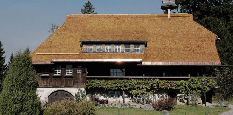 Die Hüsli-Dachkonstruktion wurde  mit ...enen Lärchenschindeln neu eingedeckt.   | Foto: Chris Seifried