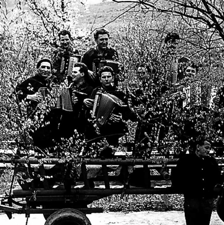 Mit dem Traktor in den Maimorgen: Musi... etwa 1968 (mittleres Foto) und 1972.     Foto: privat
