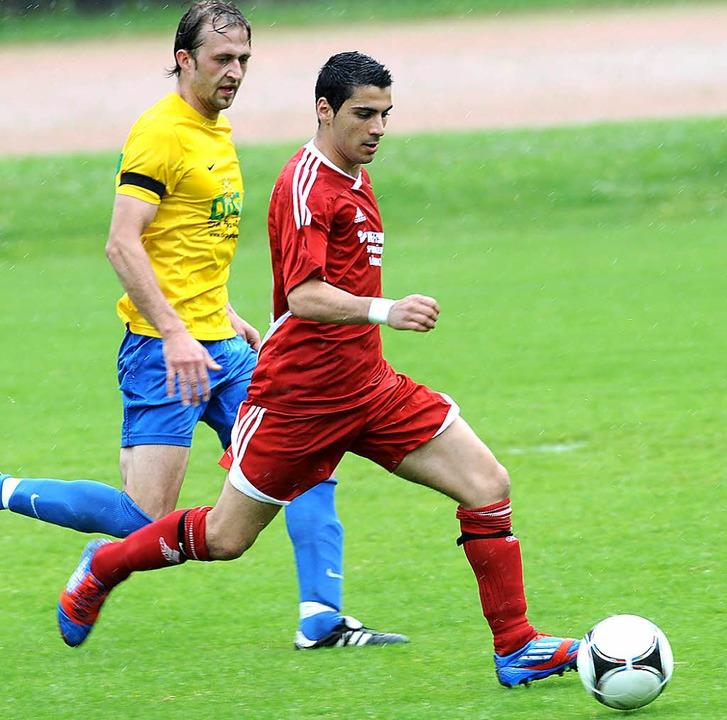 Der Lörracher Vedat Erdogan (rechts), ...demar Schmidt ab und erzielt das 1:0.   | Foto: Meinrad Schön
