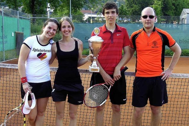 Rebecca Schüle und Lukas Laumann holen den Pokal