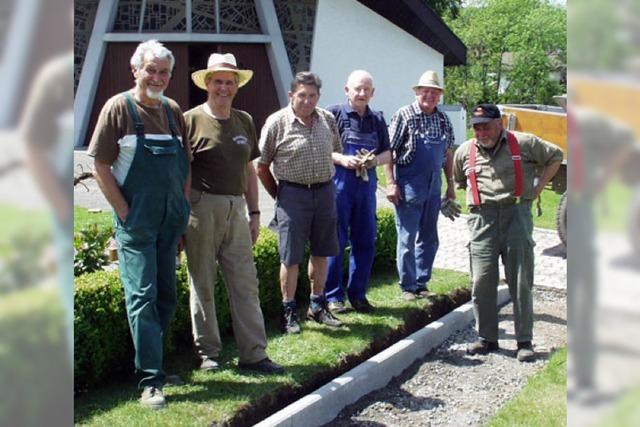 Rentner legen neues Grabfeld für Urnen an