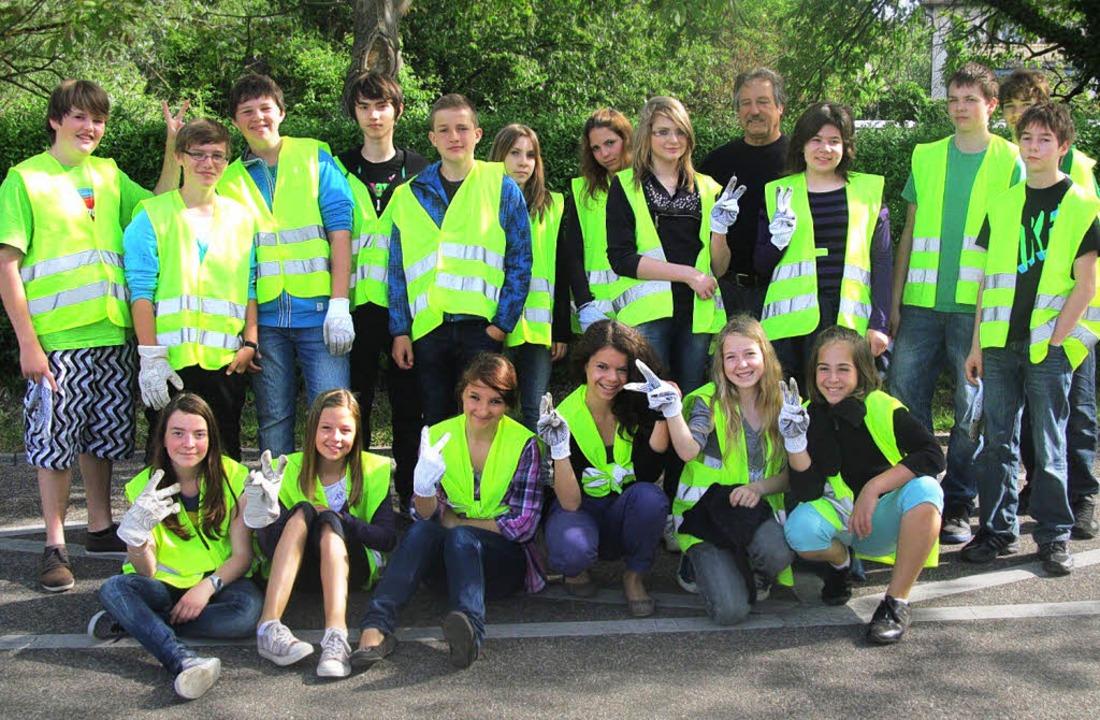Schüler und Schülerinnen der  Klasse 7...ealschule sammelten in Breisach  Müll.    Foto: christoph müller